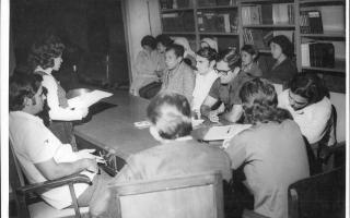 Reunião da câmara de vereadores vendo-se os vereadores Wander E. Carvalho, Wilson A. Costa, Clarimundo C. Camargos, Luiz K. Abraão, Tânia Domingos, Maria José, Fábio Falco e outros indivíduos não identificados. 1970-1979