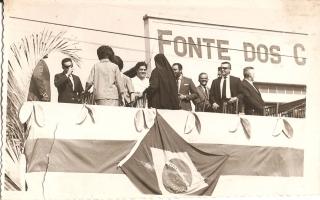 Autoridades da sociedade civil sobre palanque montado em frente à loja Fonte dos Calçados, entre elas, a Madre Emanuela Favale, Sra. Iolanda Domingos, Sr. Laurici, e outros indivíduos não-identificados