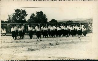 30 alunas em 11 filas paralelas e de costas para um muro. Ano 1959