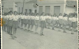 Grupo de estudantes em desfile cívico pela Rua Dr. Getúlio Portela, entre elas, Ilda (Jairo). Ano 1950 - 1969
