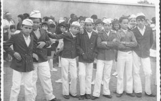 Alunos em uniforme agrupados durante desfile cívico, entre eles, Luis, Alexandre Bicalho, Fábio de Sá, Tiãozinho do Dé. Ano 1960-1969