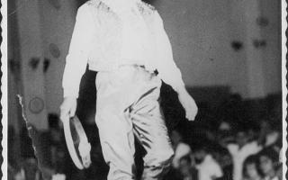 Menino com chapéu desfilando no Cinema. 160-1969