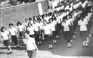 Desfile de estudantes uniformizados, entre eles Maninho, Telex, Geraldo Elias. 1970-1979