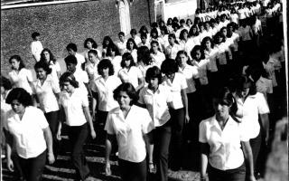 Desfile de estudantes uniformizados, entre elas Lusdalma, Marise, Sara, Ana Maria, Raquel. 1970-1979
