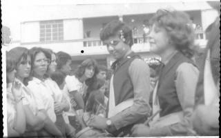 'Fanfarra desfilando na Praça Benedito Valadares, vendo-se Abadia, Custódia, José Carlos Lima, Sálvio Falco, ao fundo o prédio da Fonte dos Calçados.