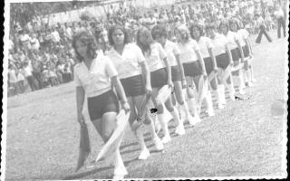 'Fanfarra desfilando na Praça Benedito Valadares, vendo-se Abadia, Custódia, José Carlos Lima, Sálvio Falco, ao fundo o prédio da Fonte dos Calçados 1970 a 1979