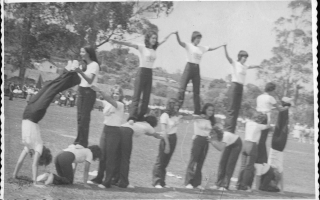 'Estudantes realizando acrobacia no estádio Quinzinho Nery 1970 a 1979