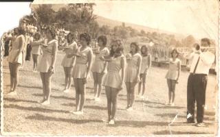'Grupo de estudantes em formação durante solenidade em comemoração ao dia Sete de Setembro, vendo-se Amélia, Elenice, Sueli, Leninha, Ana Maria, Lucia, Wanilda, Adriana e Waldemar Lima 1960 a 1979