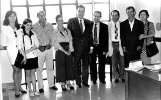 'Encontro da comitiva de Campos Altos, composta por Alba, Denise, Sinval, Elza, Geraldo Barbosa Leão Jr., Vantuil e Marlene, com os deputados estaduais, Agostinho Patrus e Maurício Campos no Tribunal de Justiça aos 14 de agosto de 1998 durante o processo de criação da comarca de Campos Altos 1998 a 1998