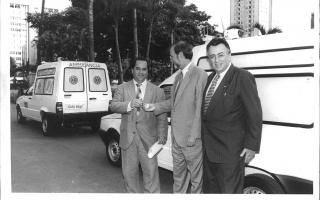 'Prefeito Geraldo Barbosa Leão Jr. recebe chave de ambulância da mão do Governador Eduardo Azeredo, acompanhados do deputado Maurício Campos em Belo Horizonte 1998 a 1998