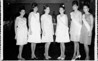 'Grupo de seis misses posando durante desfile, vendo-se Neide de Sá, Zezé Lemos, Maria Inês, Olga ramos, Ana Maria Diniz, Graça Lopes 1960 a 1969
