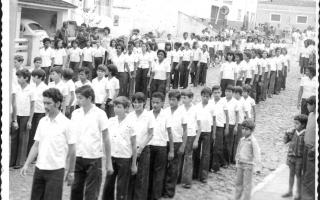 Estudantes em desfile cívico pela Rua Cel. Frederico Franco, vendo-se Luiz Bertolino entre muitos outros estudantes e, ao fundo, o posto de gasolina Camilo 1960 a 1979