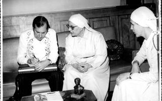 'Reunião entre Madre Emanuela Favale, Irmâ Aparecida e um senhor não identificado '1960 a 1979
