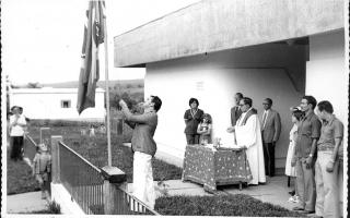 'Hasteamento da Bandeira Nacional, pelo prefeito Diogo Andrade durante a inauguração da Delegacia de Polícia de Campos Altos '1975 a 1979