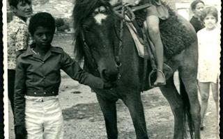 'Rosa Ticateca a cavalo, acompanhada por quatro indivíduos não-identificados de pé  1970 a 1979