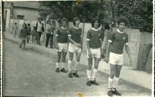 Dinho, Jarbas, Vicente, e outros indivíduos não identificados em desfile, com uniforme de time de futebol 1970 a1979