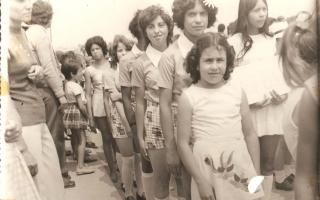 'Estudantes em desfile, entre elas Tereza, Roselia, Aparecida, Vitória, Adelina e Abadia 1960 a 1979