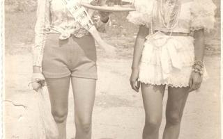 'Marília e Helena Carmen vestindo fantasias alusivas aos eestados da Bahia e Ceará durante desfile cívico 1960 a 1979