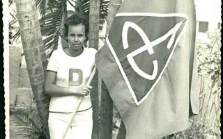 'Estudante segurando bandeira do Educandário Dom Alexandre no jardim da mesma instituição '1960', '1979'