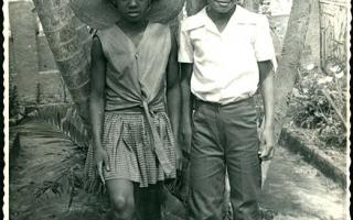 'Estudantes no jardim do Educandário Dom Alexandre durante desfile cívico 1960 a 1979