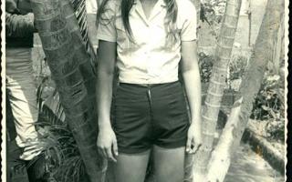 Estudante uniformizada no jardim do EDA durante desfile cívico 1960 a 1979