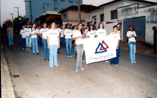Grupo de estudantes da Escola Municipal Joaquim Domingos da Silva em desfile pelas ruas da cidade. 2000-2004