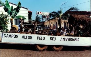 Carro alegórico em homenagem ao aniversário da cidade, vendo-se Rafaela, Lucas e Thayná. 2000-2004