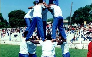 Estudantes realizando acrobacia (pirâmide humana) no estádio municipal Quinzinho Nery durante comemorações cívicas. 2000-20004