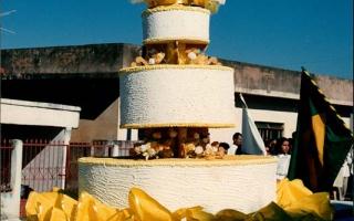 Bolo de aniversário, Carro alegórico com um bolo de aniversário comemorativo ao cinquentenário da emancipação política do município, com a bandeira do Brasil. 1994